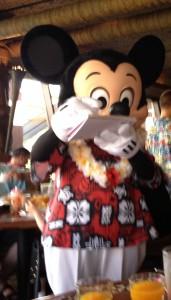 Mickey firmando autografo en O'Hana