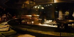 aquí preparaban los pinchos de carnes y mariscos que nos traian a la mesa